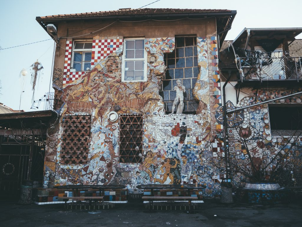 De gebouwen van Metelkova
