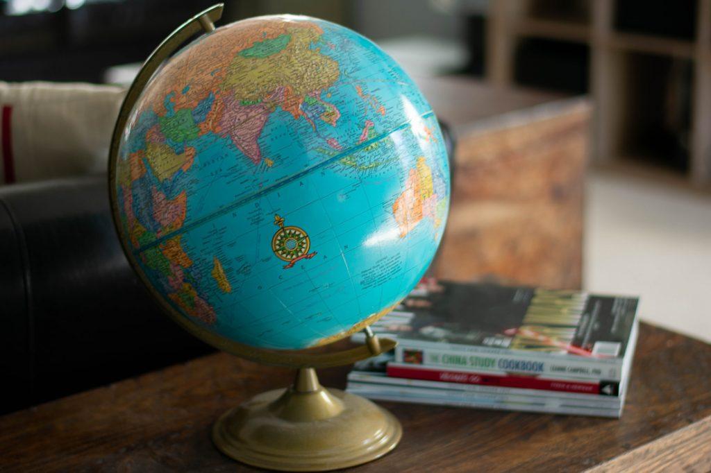 Wereldbol en reisboeken