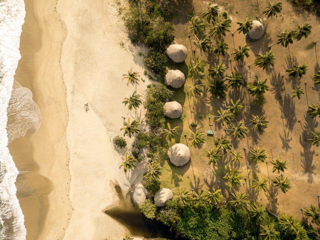 Tayrona National Park van bovenaf, genomen met een drone.