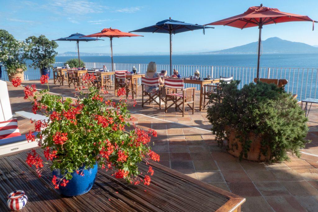 Een terras op Capri, een eiland dat je zeker moet hebben gezien tijdens een rondreis Zuid-Italië
