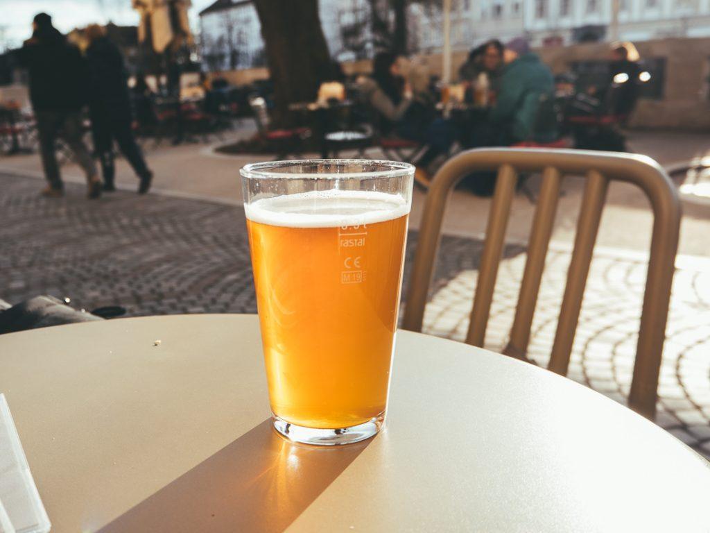 Bier op het terras in het centrum van Ljubljana
