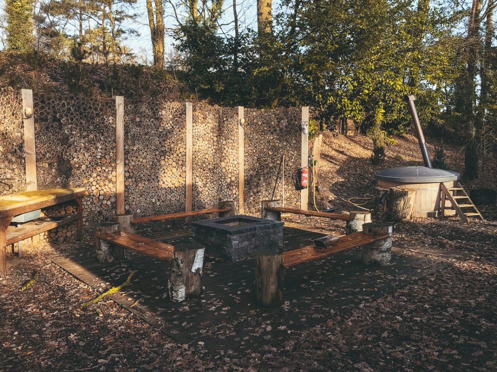 De vuurplaats en hottub bij Droompark Maasduinen