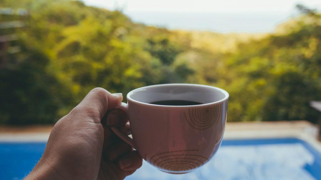Een kopje koffie aan het zwembad nabij San Juan del Sur