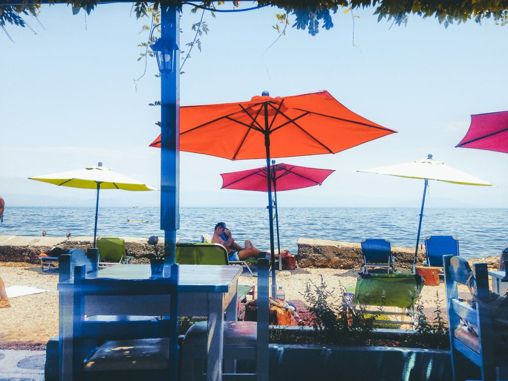 De kleurrijke parasols van Avra on the Beach