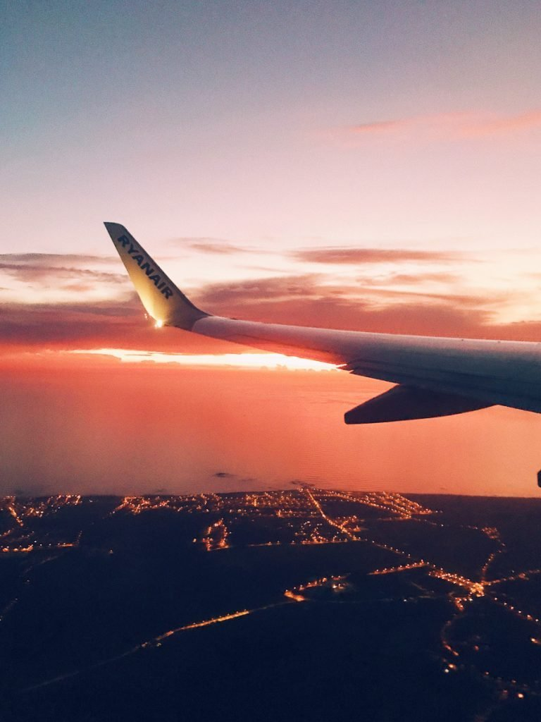 Zonsondergang vanuit een vliegtuigraampje