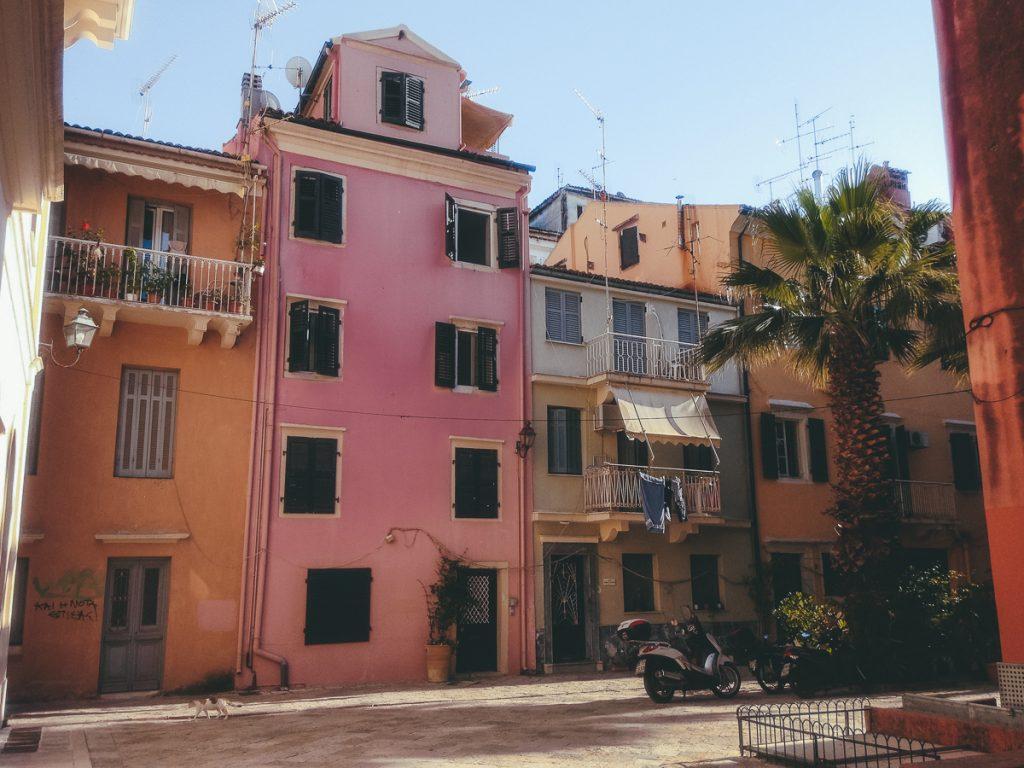 De kleurrijke huizen in Corfu Stad