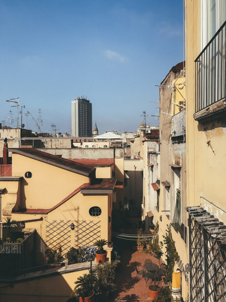 Uitzicht vanaf het balkon hotel in Napels