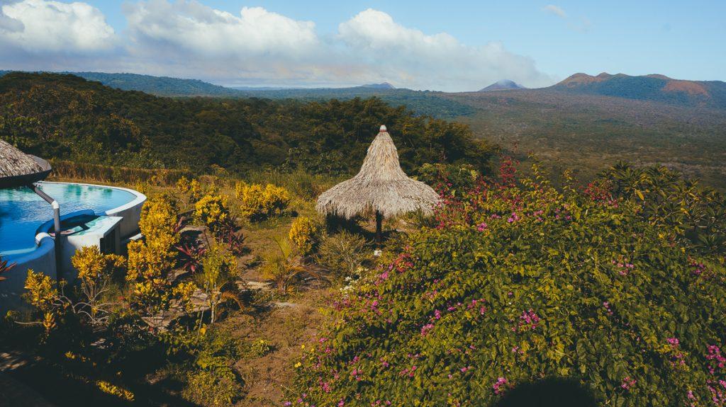 Uitzicht op een groene vallei vanaf een lodge in Nicaragua
