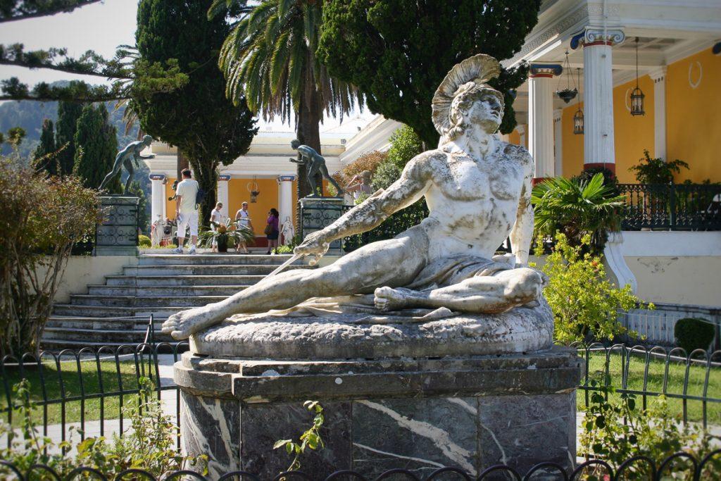 Een beeld in het Achilleion Paleis