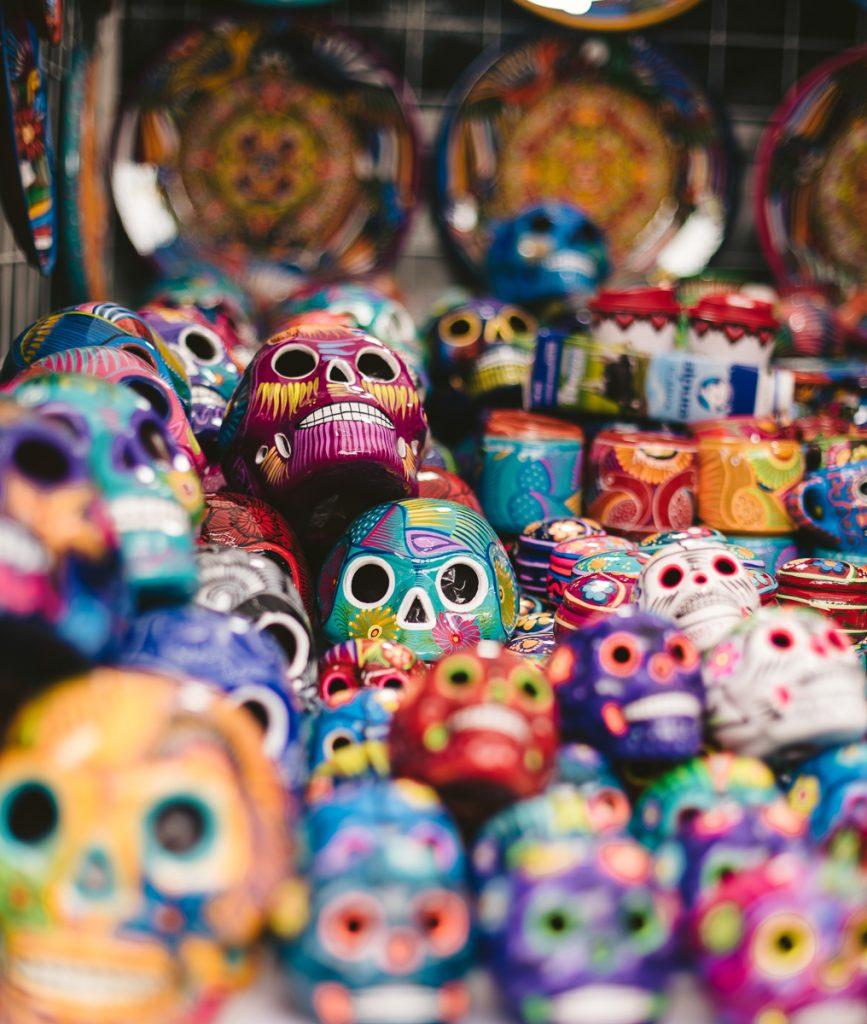 Kleurrijke doodshoofden als souvenir in Mexico