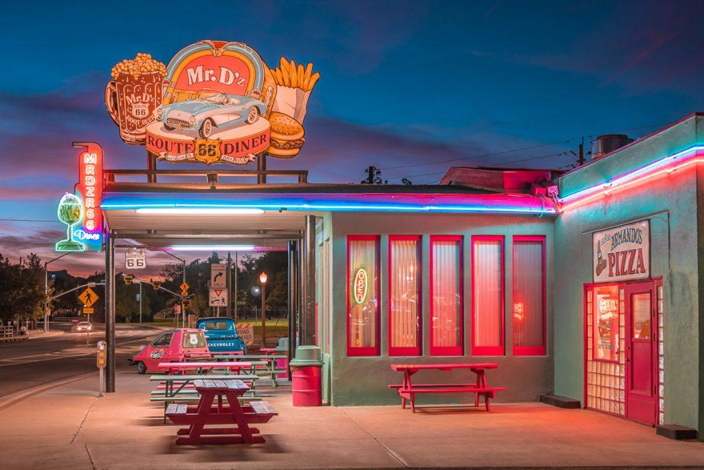 Een kleurrijke diner langs de weg is typisch Amerikaans