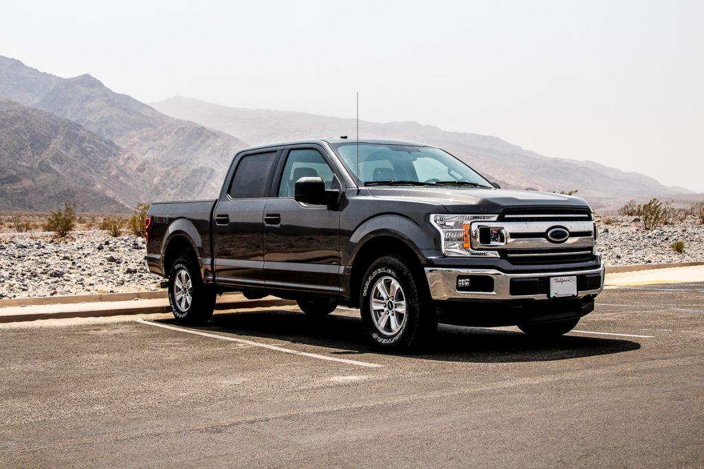 Een geparkeerde zwarte pick-up