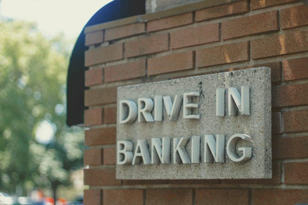 Een bord van een Drive In Banking