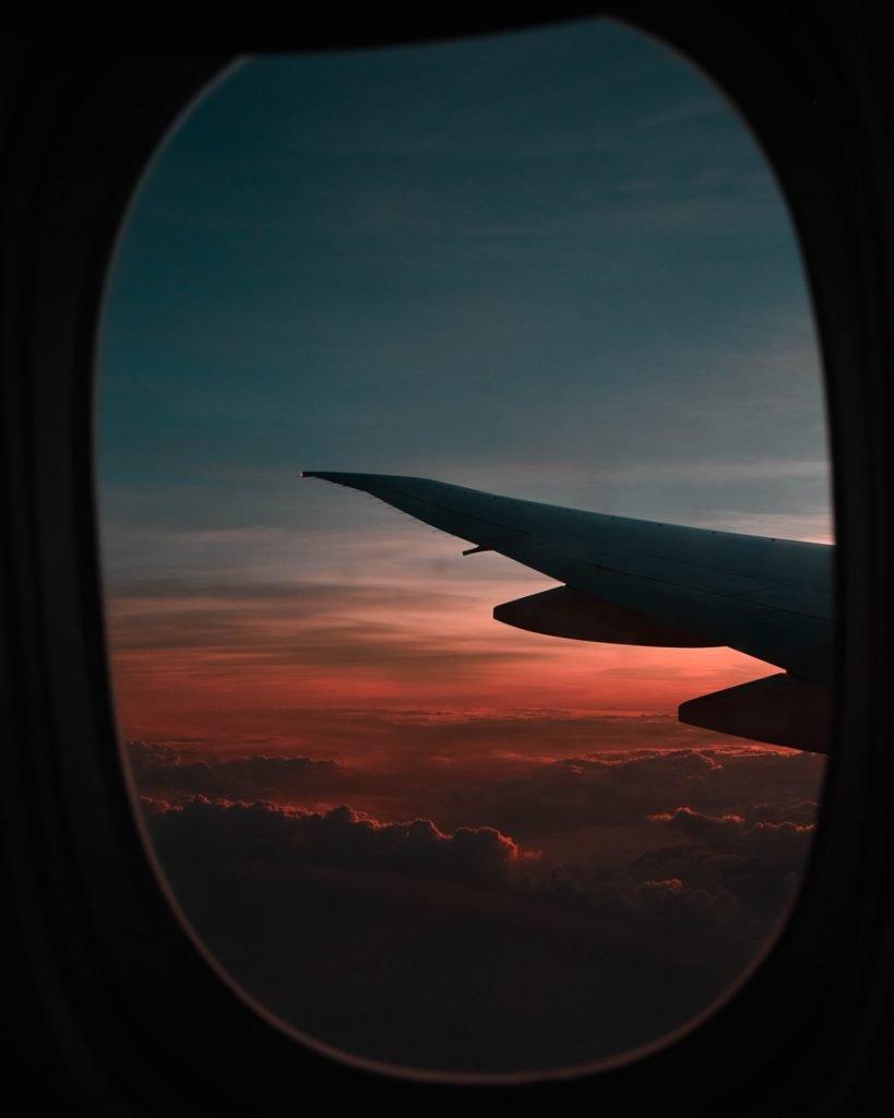 Zonsondergang vanuit een vliegtuigraam