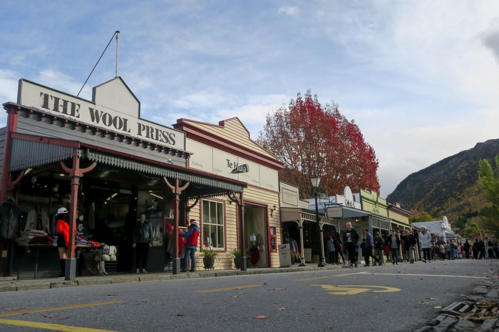 Een paar houten huizen in Nieuw-Zeeland
