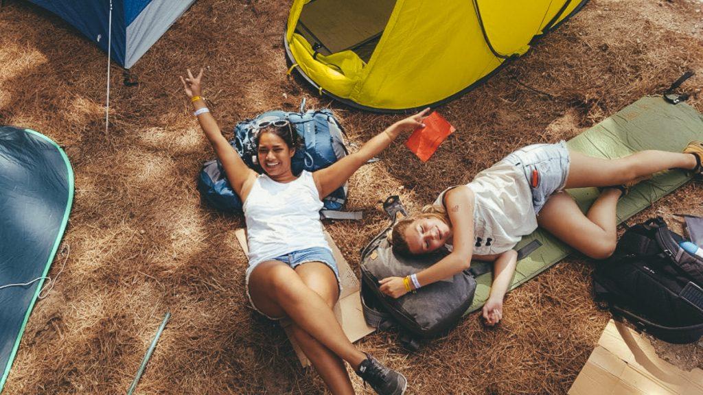 Twee uitgeputte meiden na een week liften naar Barcelona in Spanje