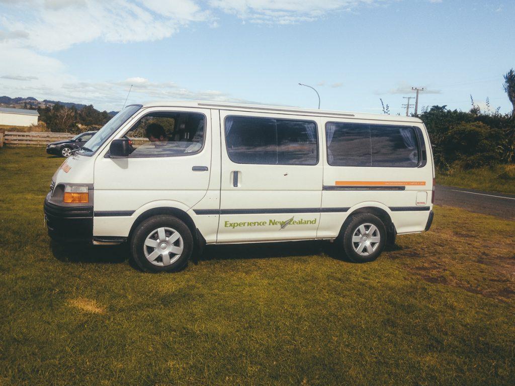 Een kleine campervan in Nieuw-Zeeland om daarmee een hoop kosten tijdens de vakantie te besparen