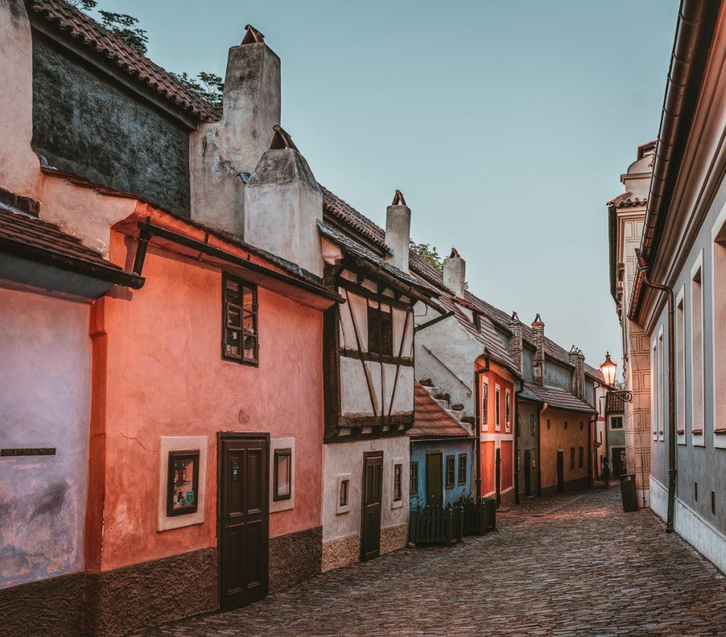 Het Middeleeuwse straatje met kleurrijke panden van het Gouden Straatje, onderdeel van de Praagse Burcht