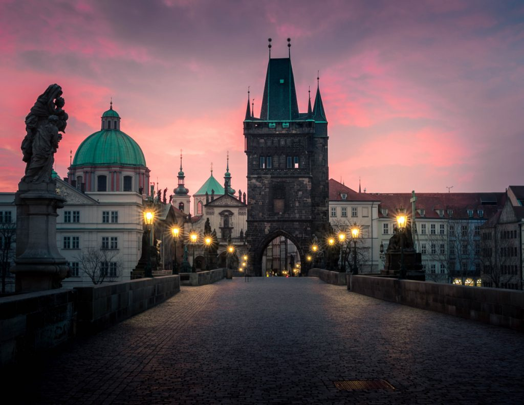 Het wandelen over de Karelsbrug is zeker iets wat je moet doen in Praag
