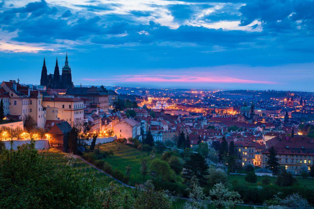 Schemer in Praag, met alle rode daken op de achtergrond