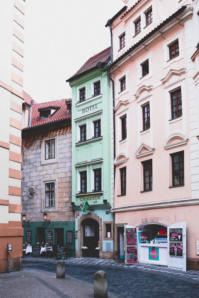 Kleurrijke gebouwen in het centrum van Praag