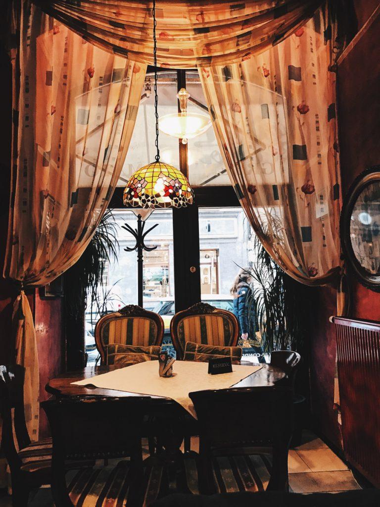 Een klein huiskamer-restaurant in Praag