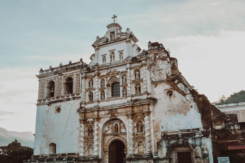 Een witte ruïne van een prachtige kathedraal in Antigua in Guatemala