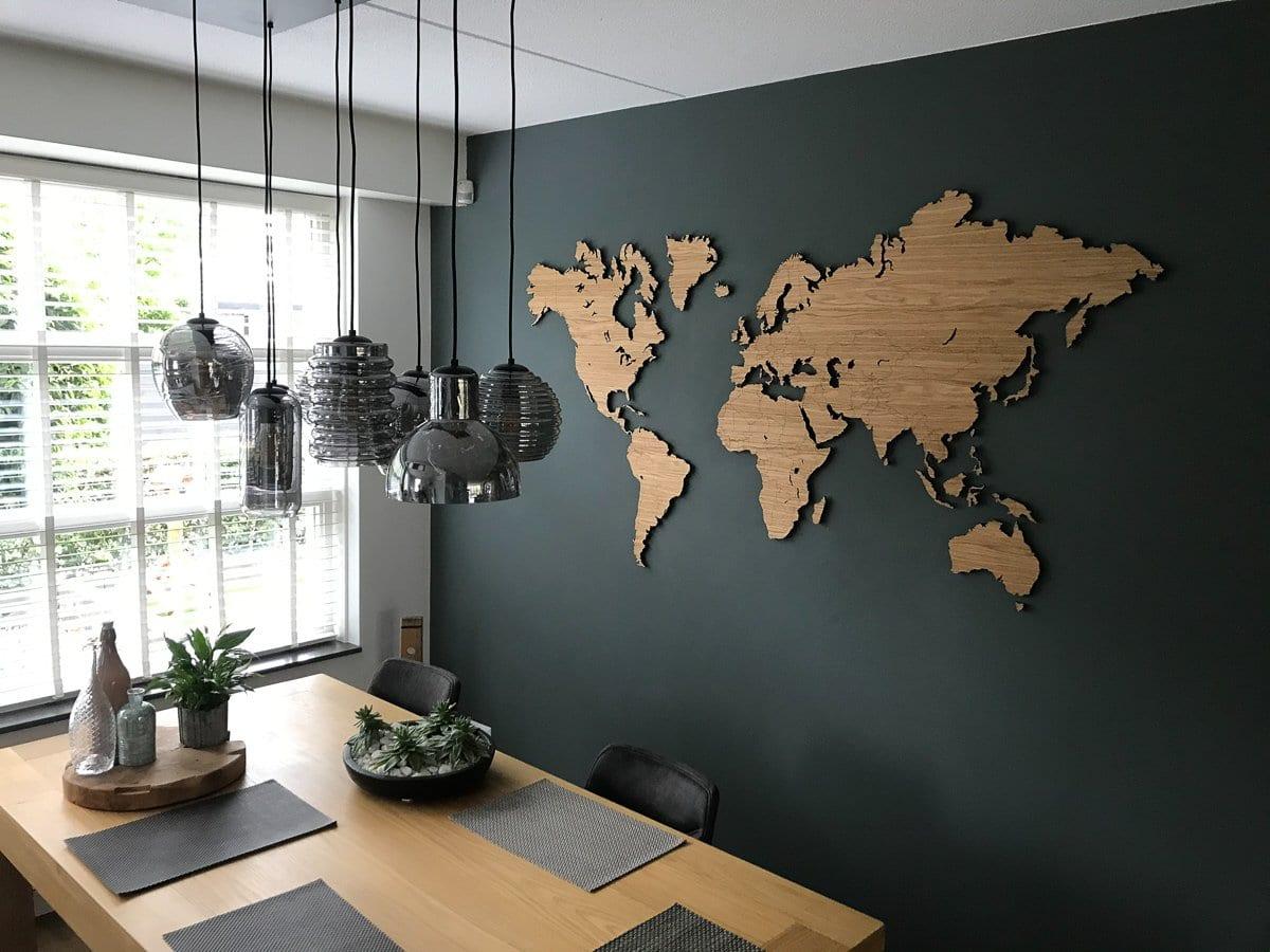 Houten wereldkaart aan de muur