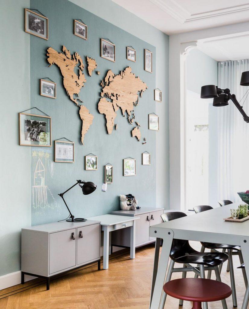 Luxe houten wereldkaart aan de muur