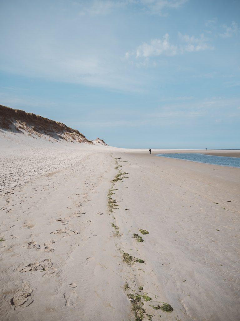 Blauwe lucht en wit strand op Texel