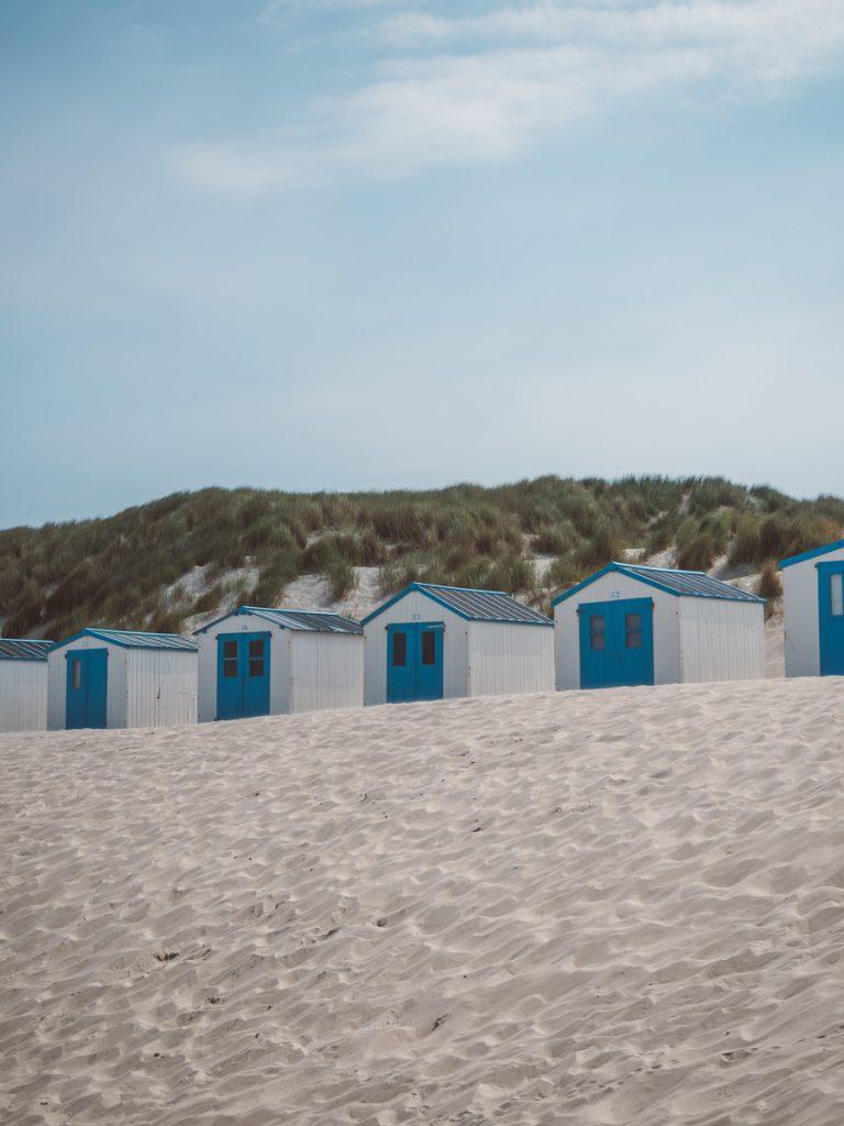 Blauwe en witte strandhuisjes