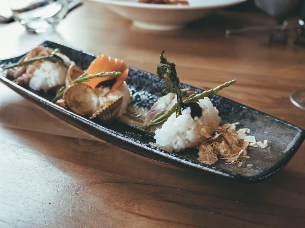 Sushi op een bord bij een van de leukste hotspots van Texel