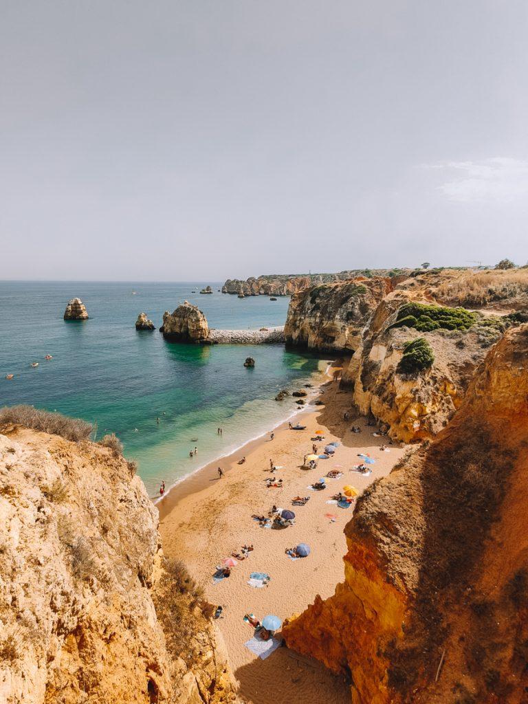 Een strand aan de Algarve