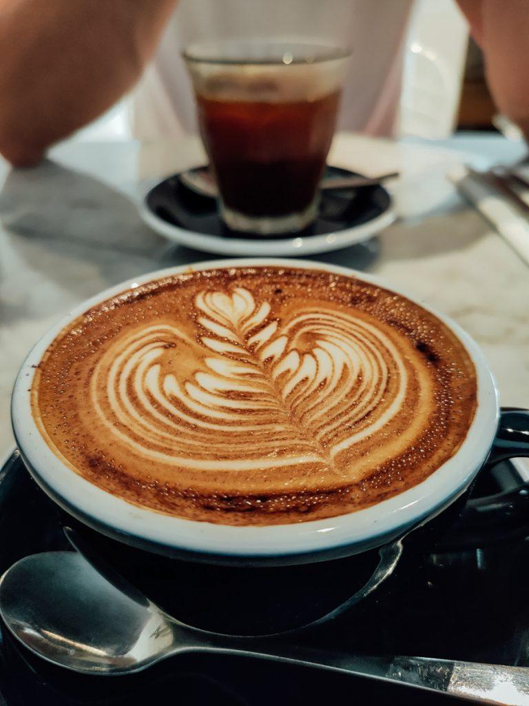 Cappuccino bij Black and white