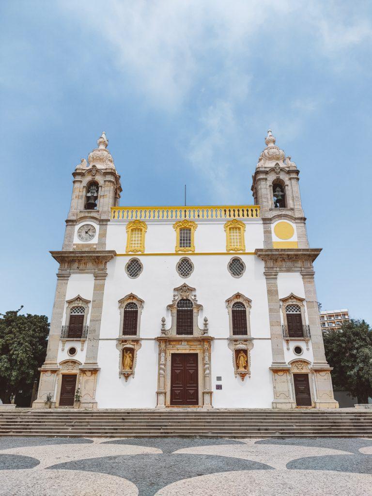 Wit met gele kerk in Faro