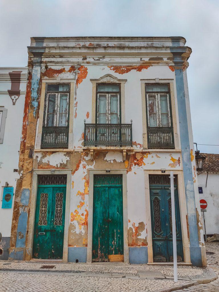 Een oud en vervallen gebouw in de Algarve