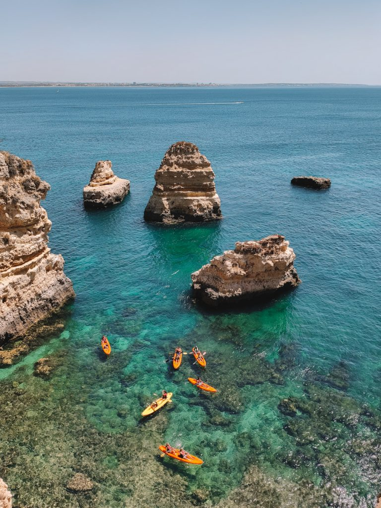 Kajakkers in de azuurblauwe zee van de Algarve