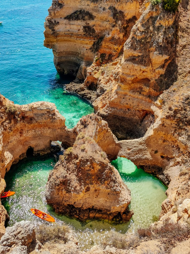 Kliffen en een kraakheldere zee in Portugal