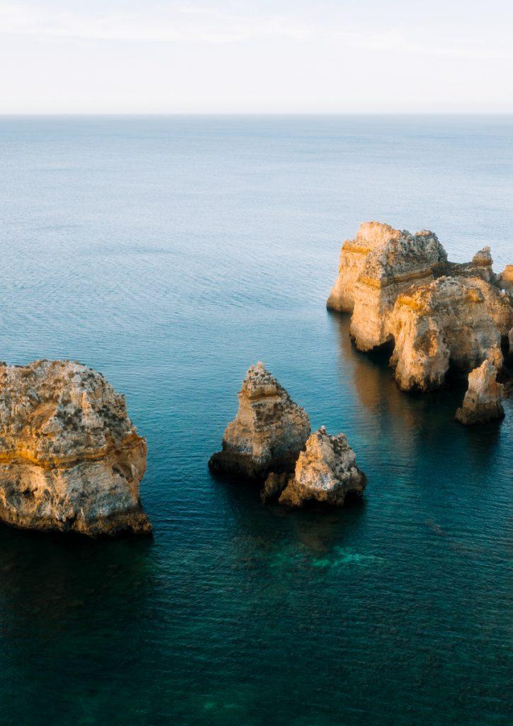 Uitzicht voor de kust van Lagos in Portugal