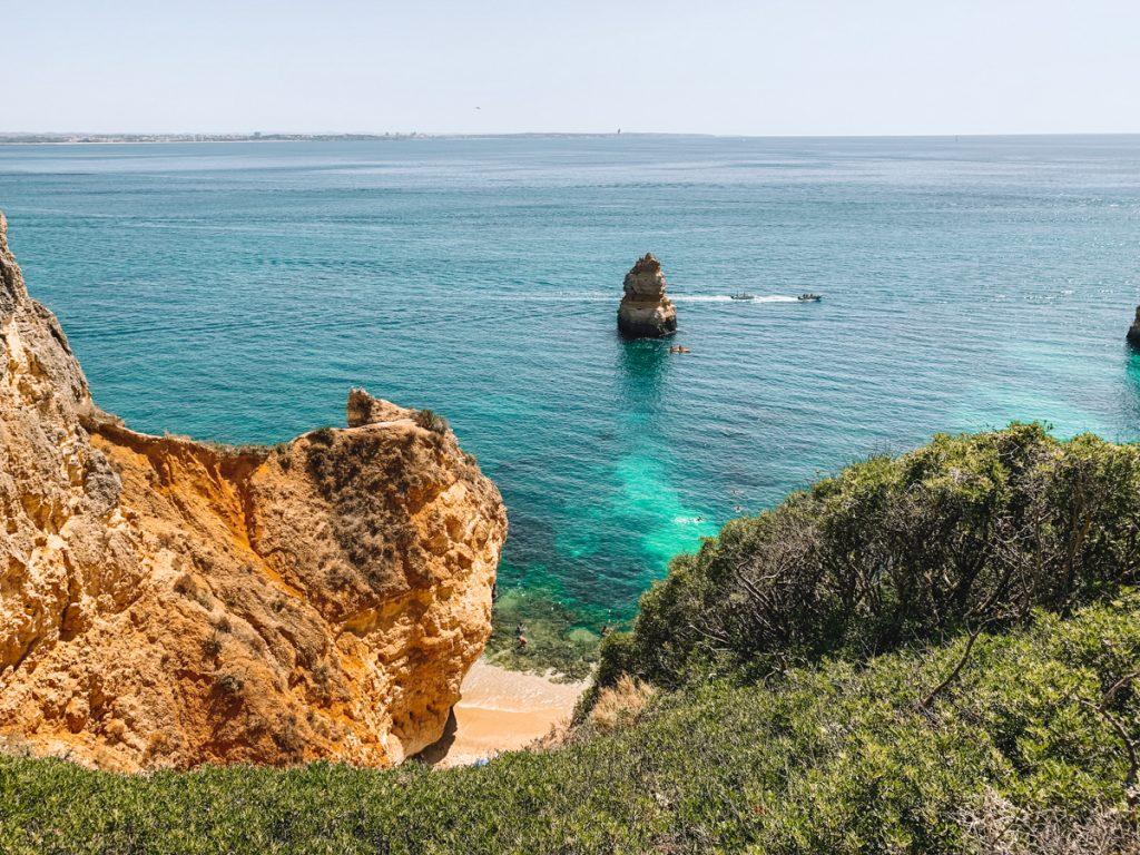 De prachtige kustlijn van de Algarve