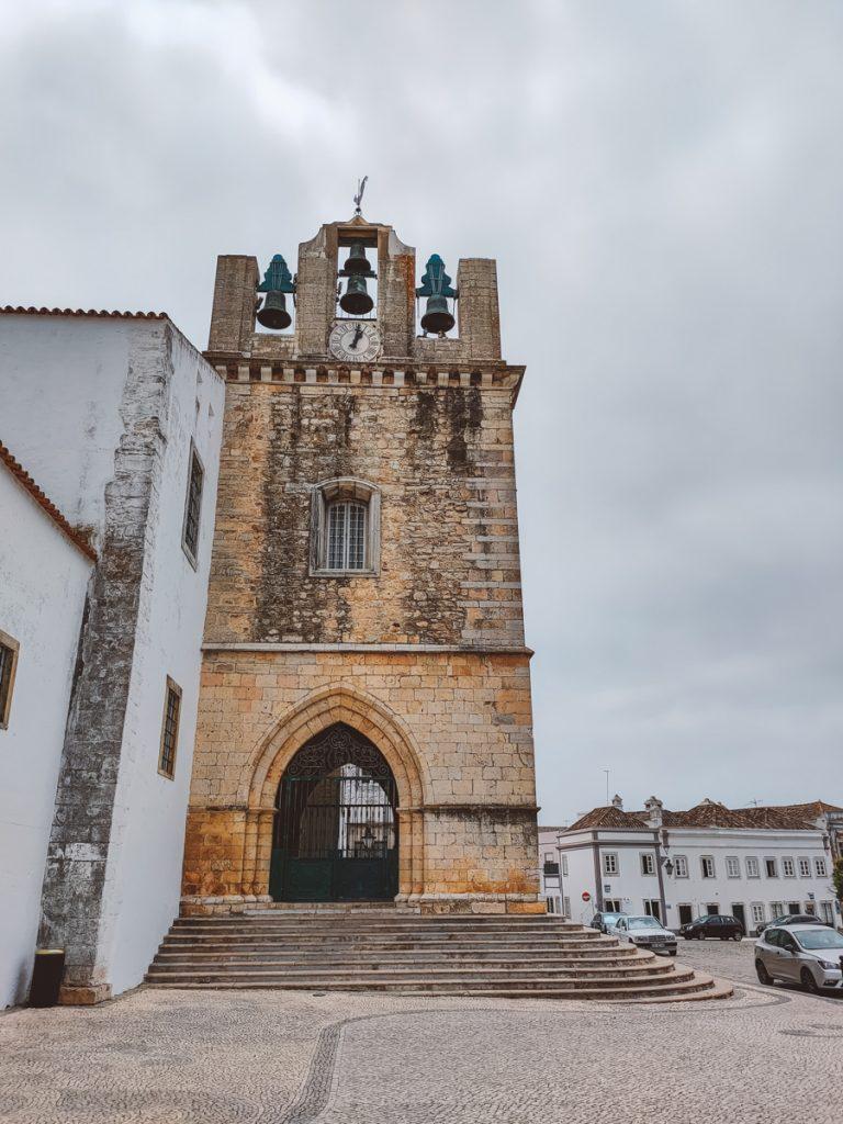 Een oude toren in Faro