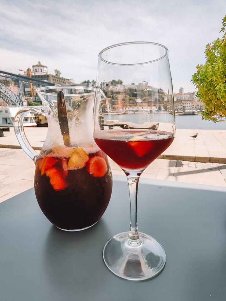 Sangria drinken aan de rivier in Porto