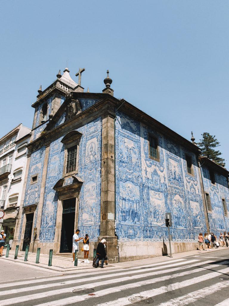 Kerk vol met traditionele tegeltjes in Porto