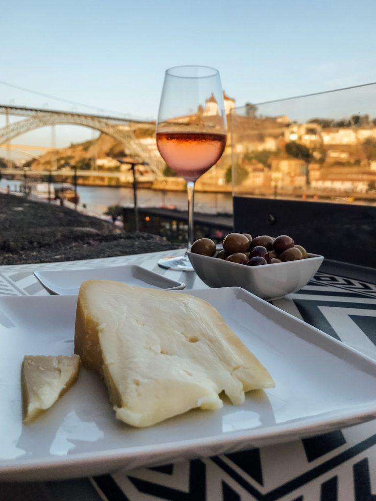 Wijn en kaas bij Wine Quay Bar in Porto