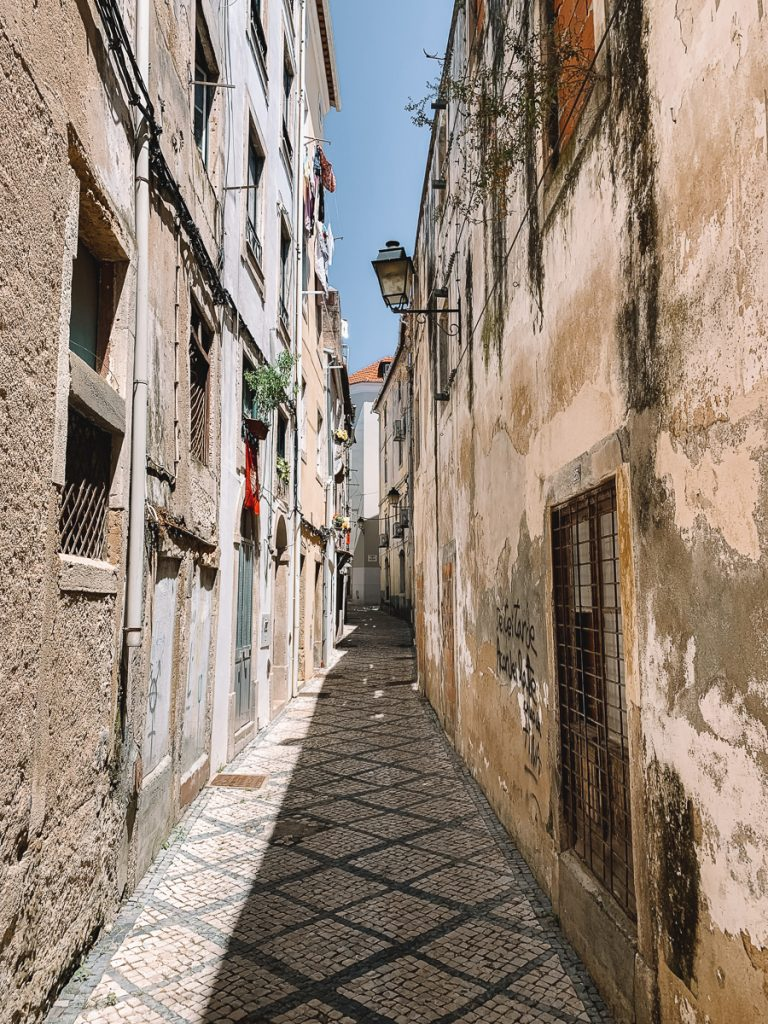 Kleine straatjes met oude gebouwen in Coimbra