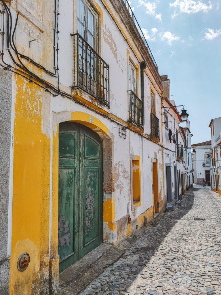 Mosterdgele huisjes in Evora