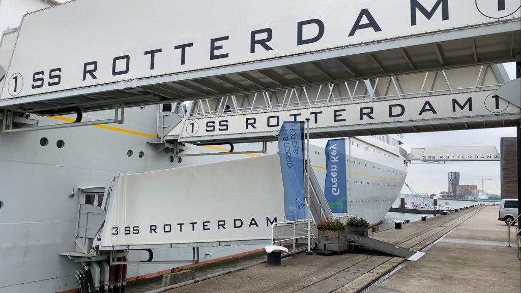 Het witte SS Rotterdam schip, welke vroeger voer naar New York