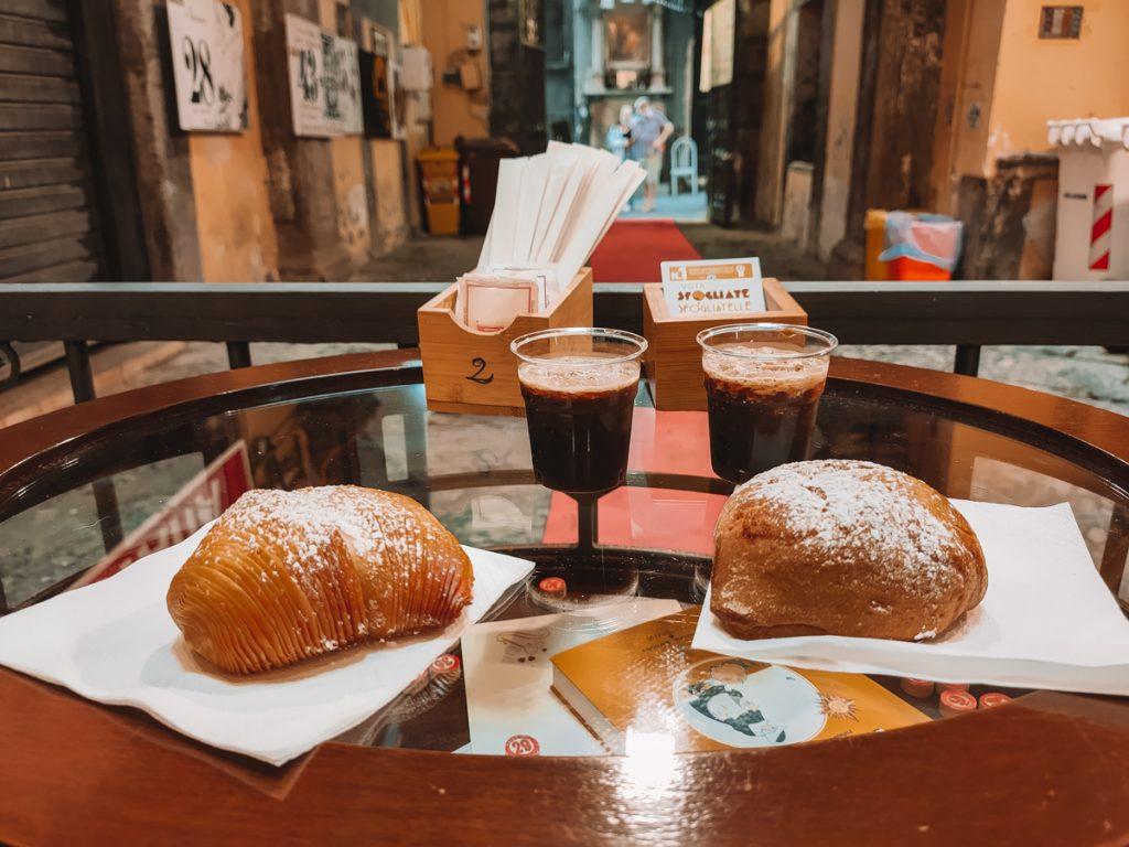 De lokale snack Sfogliatelle met koffie