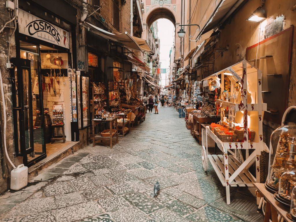 Wat je sowieso in Napels moet doen is struinen door Via San Gregoria Armeno