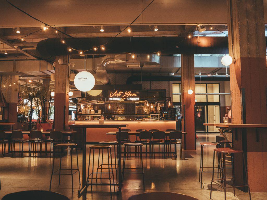 Tafels en eetkraampjes in de Foodhallen van Rotterdam